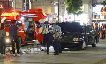 名古屋市の金山駅近くの歩道にタクシー(右)が乗り上げた現場=14日午後10時34分