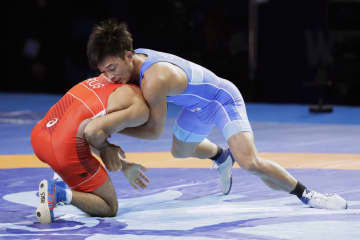 男子グレコローマン63キロ級決勝 ロシアのステパン・マリャニャンと対戦する太田忍(右)=ヌルスルタン(共同)