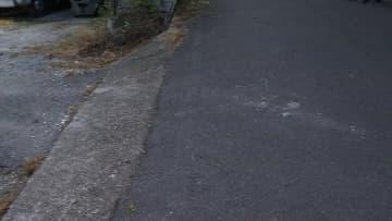 乗用車と幼児の交通事故現場