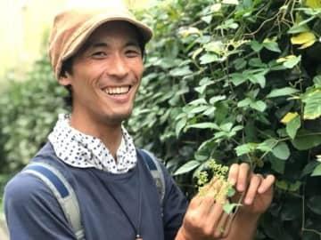 Naoko Iwanaga / BuzzFeed 著書の表紙にもなったヤブカラシの花を観察する鈴木純さん