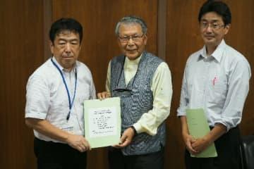 市に報告書を提出した吉野賢一教授(中央)=竹田市役所