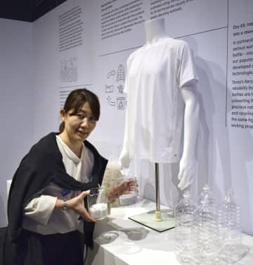 ペットボトルをリサイクルしたポリエステル繊維を用いたユニクロのシャツ=16日、ロンドン(共同)