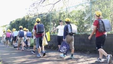学校が再開し登校する八街市立交進小の児童=17日午前、千葉県八街市