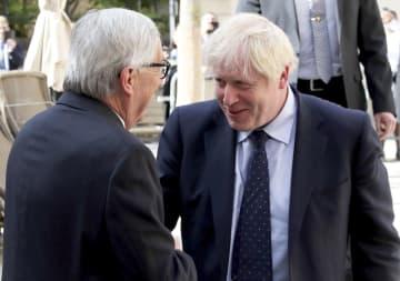 訪問先のルクセンブルクで、EUのユンケル欧州委員長(左)と会うジョンソン英首相=16日(ロイター=共同)