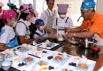 近藤市長(右)と調理を楽しむ児童ら
