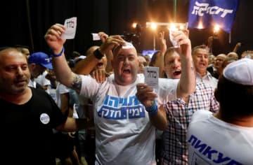 イスラエル・テルアビブで、ネタニヤフ首相の右派「リクード」本部に集まった支持者たち=17日(ロイター=共同)