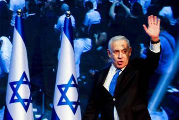 右派「リクード」本部に到着したイスラエルのネタニヤフ首相=18日、テルアビブ(ロイター=共同)
