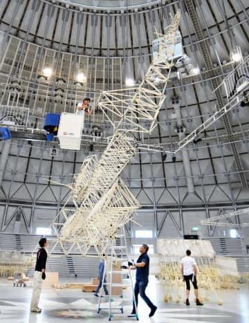 テオ・ヤンセン展の会場設営が始まり、次々と組み立てられる「ストランドビースト」=9月17日、福井県のサンドーム福井