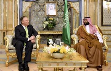 ムハンマド皇太子と会談するポンペオ米国務長官=18日、サウジアラビア西部ジッダ(AP=共同)