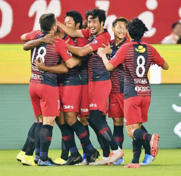鹿島―FC東京 前半、先制ゴールを決めたブエノ(左から2人目)に抱きつく鹿島イレブン=カシマ