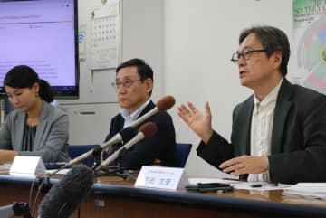 非核兵器地帯創設に向けた提言を説明するレクナの吉田センター長(右)ら=長崎市、長崎大文教キャンパス