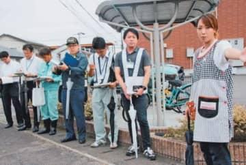横断歩道に信号機の必要性を説明する保育士(右端)=20日午前、大分市横田