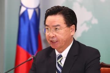 キリバスとの断交を発表する呉シュウ燮外交部長=20日、台北(中央通信社=共同)