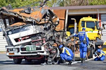 京急線快特電車と衝突し、大破したトラックの実況見分=20日午前、横浜市金沢区