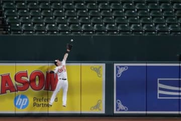 """オリオールズのオースティン・ヘイズは本塁打を""""つかみ取った""""【写真:AP】"""