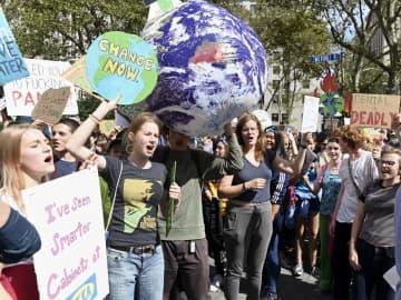 20日、ニューヨークで温暖化対策を求めて抗議する若者たち(共同)