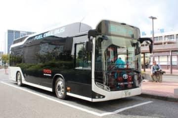 水素エネルギー普及のため県などが試乗会を行う燃料電池バス=20日、新潟市中央区