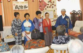 高齢者施設などで歌や踊りを披露する「おとめ座」メンバー