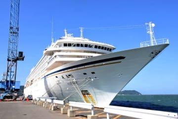 唐津港に入港した全長約240メートルの豪華客船「飛鳥2」=唐津市の妙見ふ頭