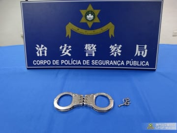 旅客の手荷物の中から発見された手錠(写真:マカオ治安警察局)