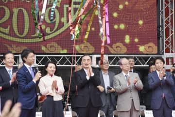 チャイナフェスティバル2019の開会式に出席した孔鉉佑駐日中国大使(中央)と福田康夫元首相(手前右から2人目)=21日午前、東京都渋谷区