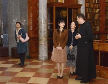 パンノンハルマ大修道院にある図書館を見学される秋篠宮家の次女佳子さま=21日、ハンガリー西部パンノンハルマ(共同)