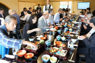 ちまきなどが並んだ光秀御膳を試食する参加者たち+(南丹市八木町)