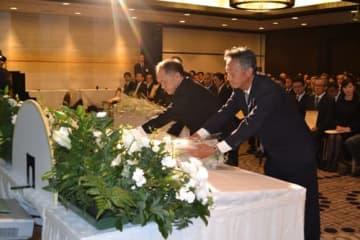【伊勢湾台風の犠牲者を悼み、献花する被災経験者ら=四日市市で】