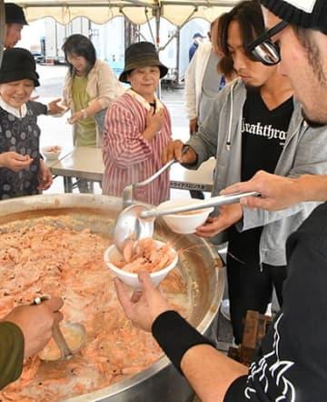 大鍋で煮たエビ汁が人気を集めた紅えびまつり=鶴岡市・県漁業協同組合念珠関総括支所市場