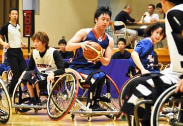 今治市で初開催の西日本車いすバスケットボール選抜大会でドリブルをする愛媛WBCの選手(中央)