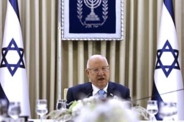 次期首相を巡る意見聴取の会議でスピーチするイスラエルのリブリン大統領=22日、エルサレム(ロイター=共同)