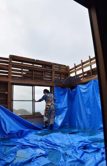 強風で屋根が吹き飛び、雨水がたまったままの住宅=22日午前11時40分ごろ、鋸南町下佐久間