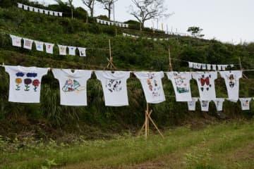 さまざまなデザインの作品がはためく棚田Tシャツアート展=有田町岳地区の棚田館周辺