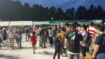 Yoshihiro Kando/BuzzFeed 9月20日、東京スタジアム脇の「スペクテータープラザ」売店にできた行列。試合開始30分前の段階で、すでにポテトは売り切れていた。(写真は一部修正しています)