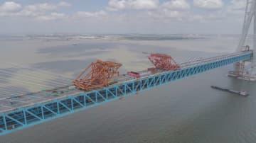 世界最長径間の鉄道道路併用斜張橋が接合 中国江蘇省