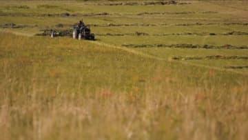 草原に収穫の秋 牧草の刈り取り進む