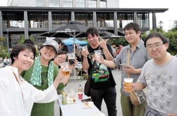 ビールを楽しむ来場者=23日午後、川越市新宿町のウェスタ川越