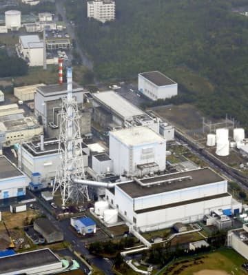 日本原子力発電の東海第2原発(手前)。奥は廃炉作業中の東海原発=2019年5月
