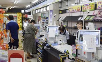 ストライキが収束した東北自動車道佐野サービスエリア上り線の売店で働く従業員ら=24日午前、栃木県佐野市