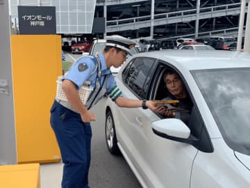 運転者にチラシを配布して事故防止を呼びかける様子(写真:ラジオ関西)
