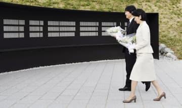 「釜石祈りのパーク」の慰霊碑に献花される秋篠宮ご夫妻=24日午後、岩手県釜石市(代表撮影)