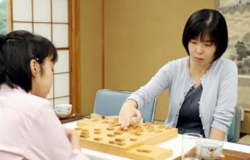 加藤初段を下し、里見倉敷藤花への挑戦権を得た伊藤三段(右)=東京・将棋会館