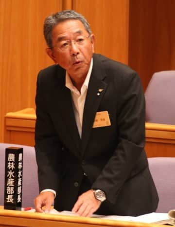 【豚コレラ対策について答弁する前田農林水産部長=三重県議会議事堂で】