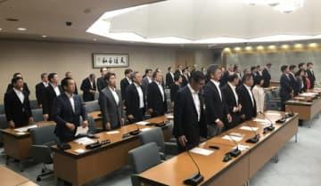 【補正予算案の採決で起立する議員ら=三重県議会議事堂で】
