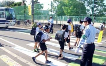 ドライバーや歩行者に横断歩道での交通ルール順守を呼び掛けた啓発活動=岡山市中区平井