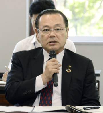 水俣病被害者・支援者連絡会と面会する熊本県水俣市の高岡利治市長=25日午後、水俣市