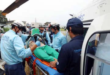 ストレッチャーに乗せた人形をドクターヘリに移す救急隊員ら=戸出消防署