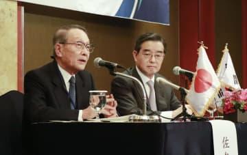 日韓経済人会議終了後に記者会見する日韓経済協会の佐々木幹夫会長(左)と、韓日経済協会の金☆(金ヘンに允)会長=25日、ソウル(共同)