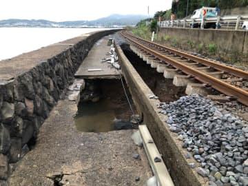 線路下の土砂が流出した現場(JR九州提供)