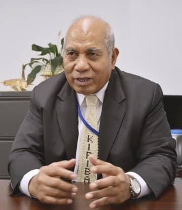 米ニューヨークで取材に応じるキリバスのテブロロ・シト国連大使(共同)